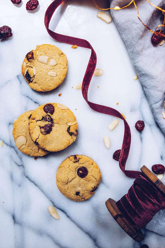 biscuit de noel recette sans gluten avec farine d amande, canneberges séchées et amandes, faire un biscuit maison