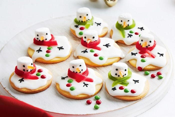 petits gateaux de noel au sucre et beurre avec guimauve motif bonhomme de neige avec deco mms colorés
