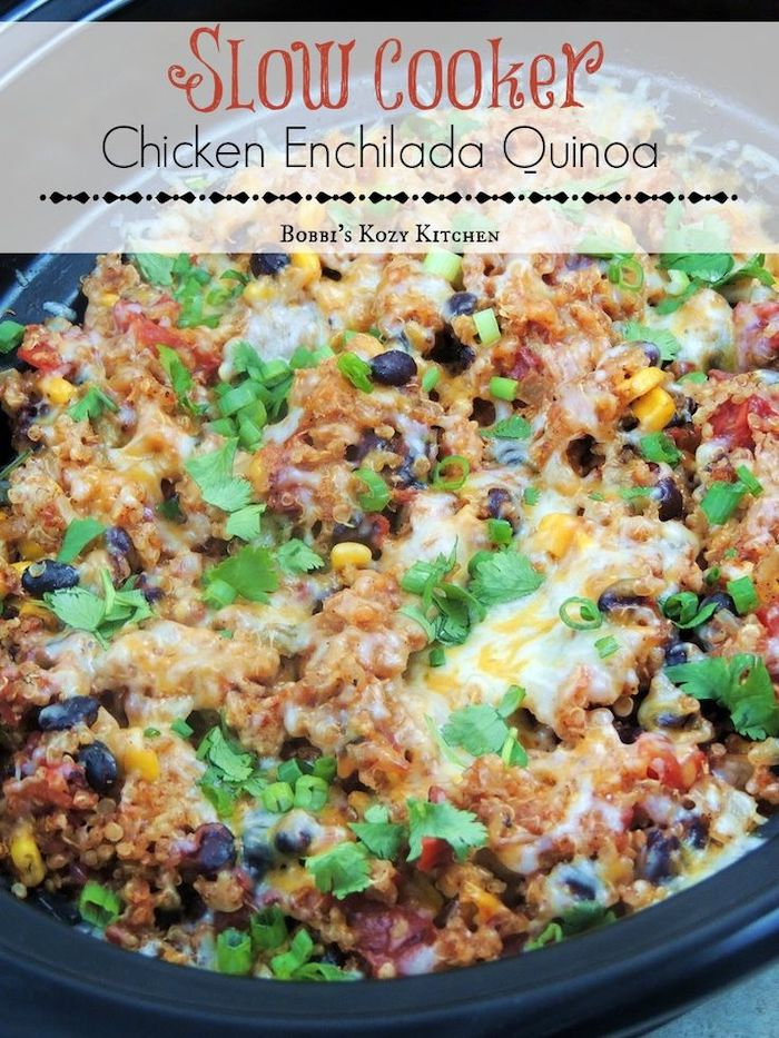 comment cuire un plat à la mijoteuse, recette pour preparer enchiladas à la quinoa et poulet façon mexicaine avec du mais, haricots noirs, fromage et persil en top