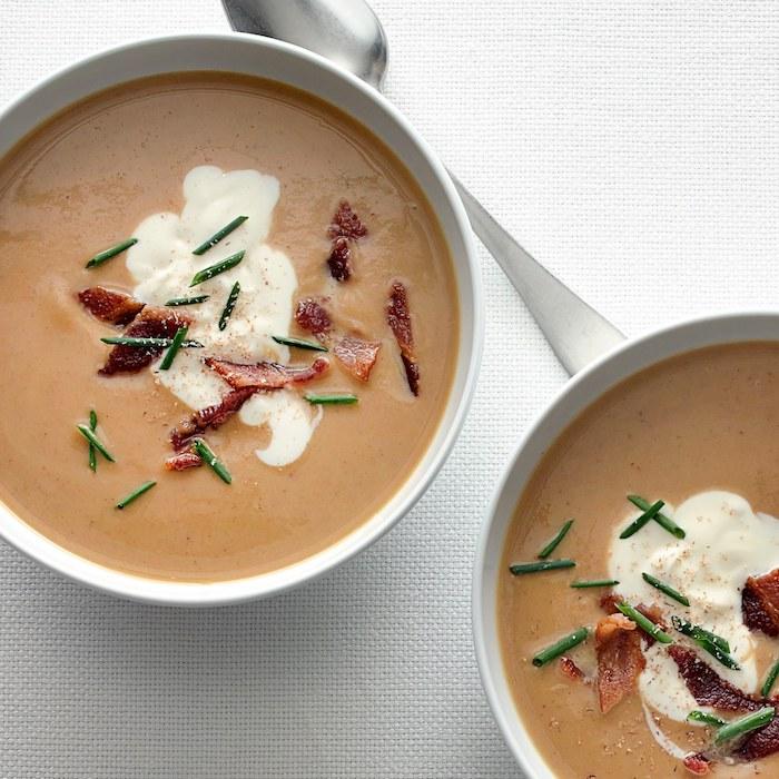 idee pour faire un velouté de chataigne maison garni de creme fraiche et bacon en top, repas facile et rapide