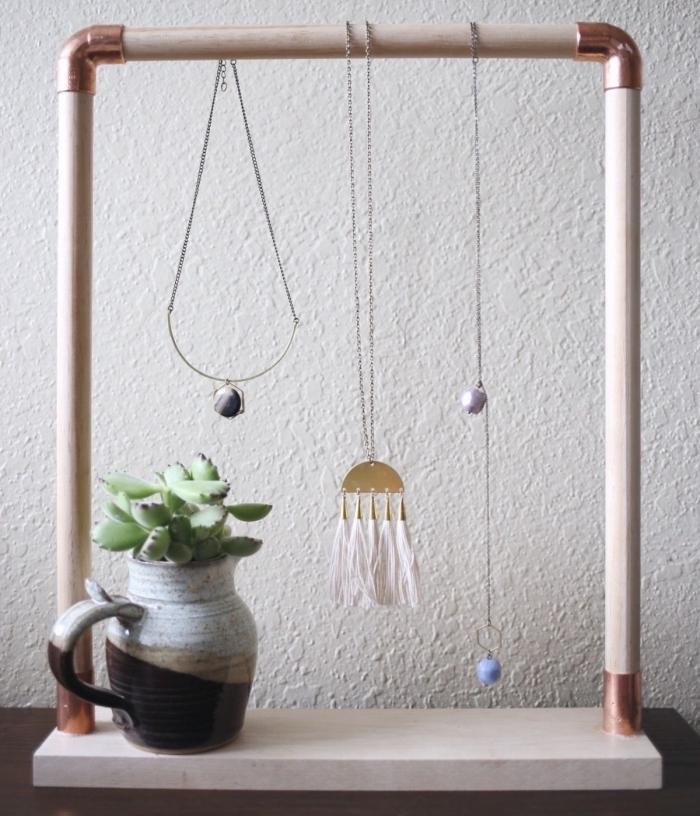 DIY suspension pour accrocher ses bijoux, modèle d'organisateur collier fait main en bâtons bois avec accents cuivre