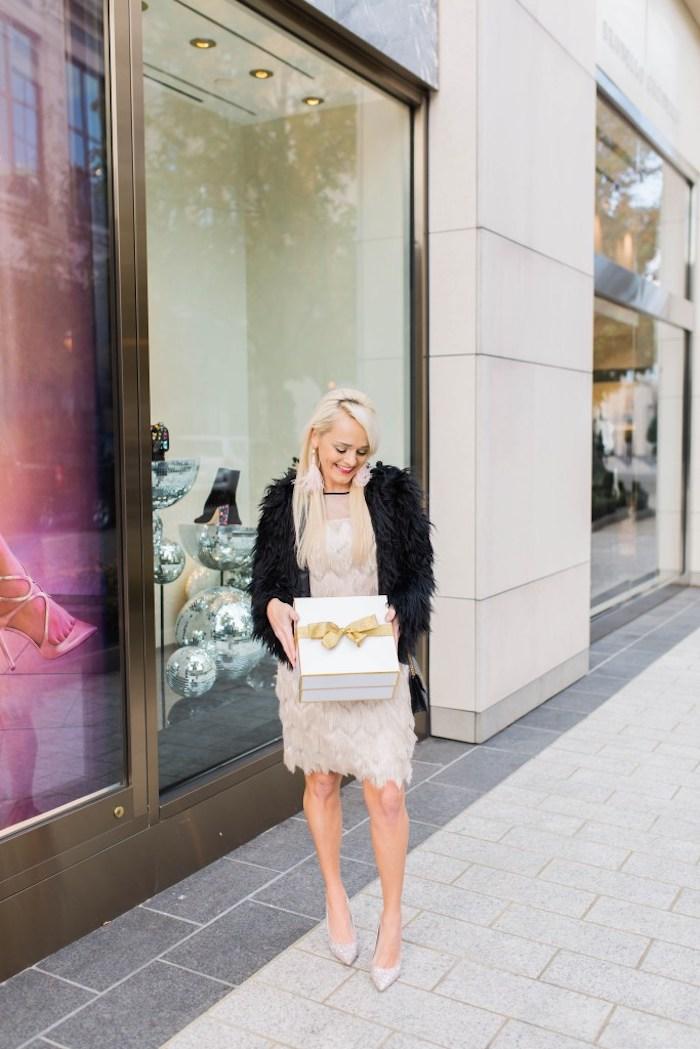 Robe beige courte en dentelle associée à un manteau noire fausse fourrure, robe de soirée chic courte parfaite pour un diner avec amis pour la fete de noel