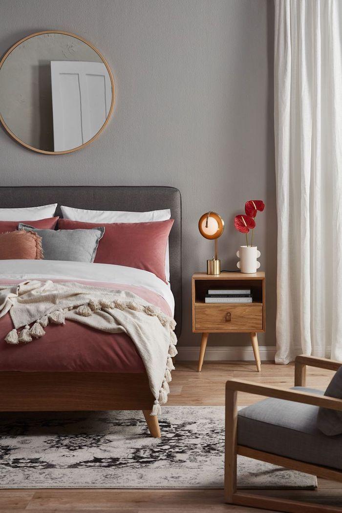 Gris et rouge framboise, cool idée nuance de gris, quelle couleur se marie avec le gris foncé, lit confortable