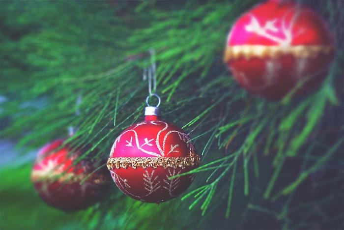 Boule rouge avec décoration doré, branche verte arbre de noel, image pere noel, image joyeuses fêtes hiver 2019-2020