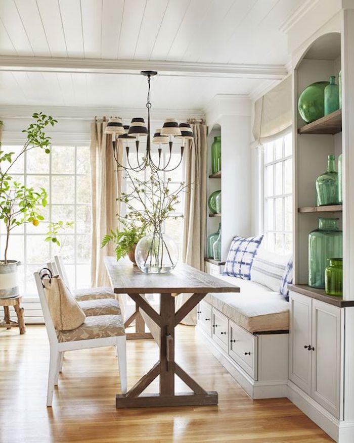 Table longue en bois, banc avec coussins confortable, chaise et table à manger, dame jeanne déco, idée déco salon salle à manger