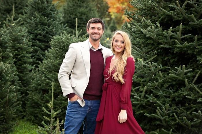 Couple amoureux photo dans un foret avec arbres de noel, robe rouge à taille haute, idée tenue robe manche longue