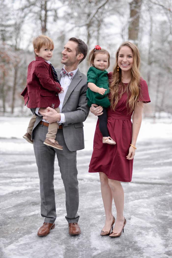 Bordeaux et vert couleurs de noël, image robe de noel femme et sa famille, comment être une famille stylée
