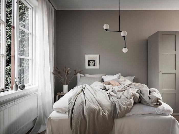 Fenetre avec vue de jardin, chambre gris et blanc, idée comment décorer sa chambre