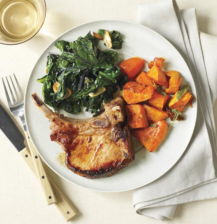 portion de repas du soir équilibré constitué de cotelette de porc aux épinards et des patates douces