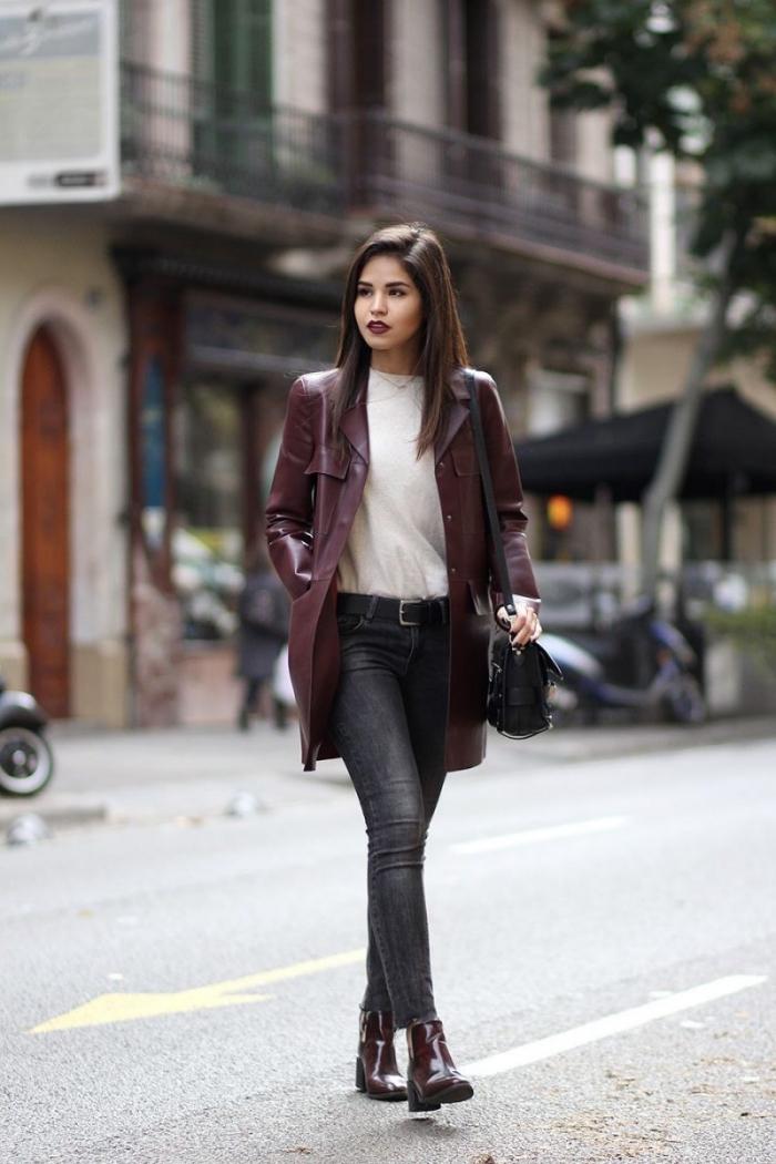 tenue chic femme en couleurs foncées, look casual chic en jeans noirs avec blouse blanche et manteau cuir rouge marron