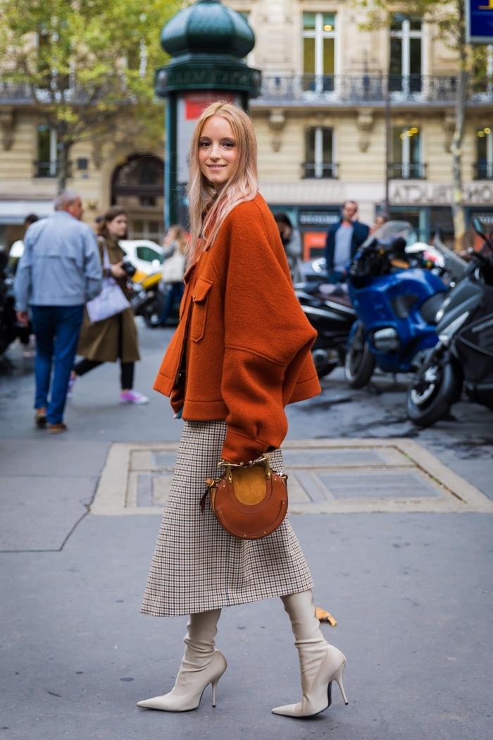 idée tenue en jupe ou robe longue hiver à motifs tendance pied poule avec bottes cuir à talons et manteau loose