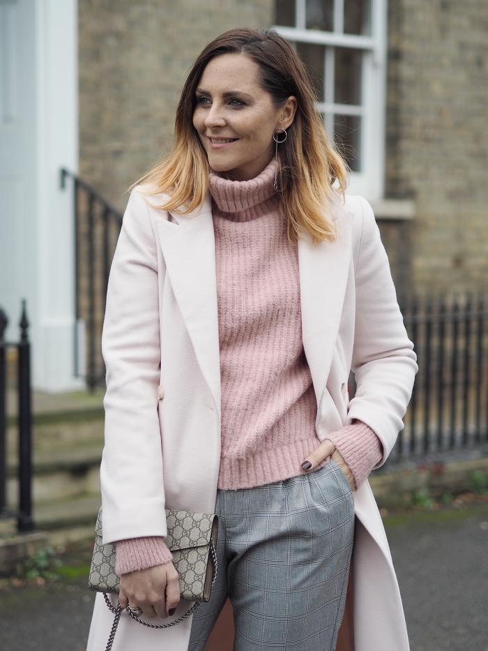 mode hiver 2019 tendance couleurs pastel, look femme stylé en pantalon fluide et pull over avec manteau long
