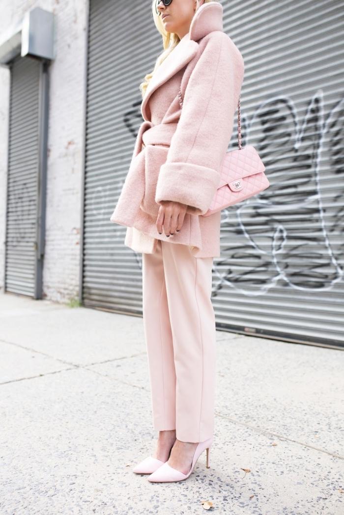 look total rose pastel pour femme hiver 2019, idée tenue classe femme en vêtements de nuances rose et chaussures à talons,