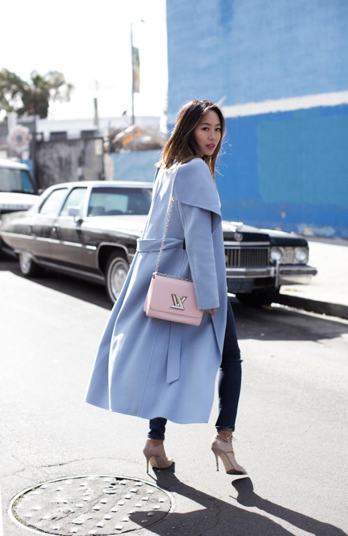 idée look femme chic en jeans et chaussures hautes avec manteau long tendance hiver de couleur bleu pastel