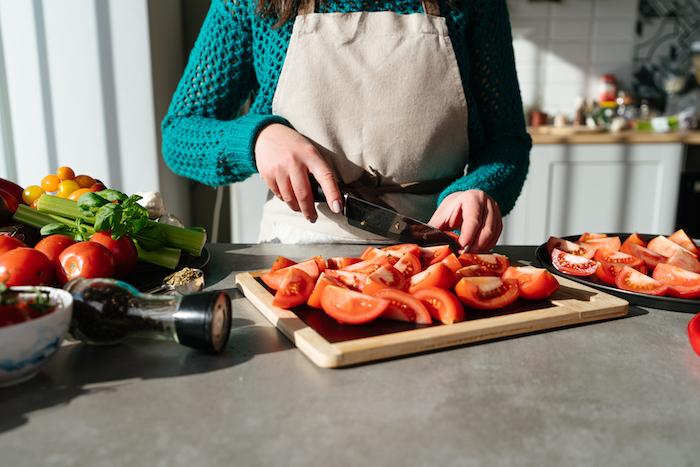 couper les tomates en tranches, idee comment faire velouté de tomate, soupe a la tomate simple, recette légère d été