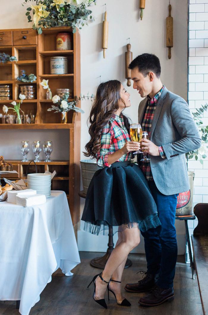 Couple amoureux célébration noël, tenue femme robe pour les fetes deux pièces et homme tailleur, robe de noël, robe manche longue