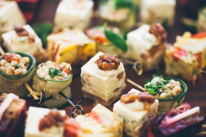 Brochettes et toasts amuses bouches originaux, pain grillé garni de saumon et légume pour la fête de noel