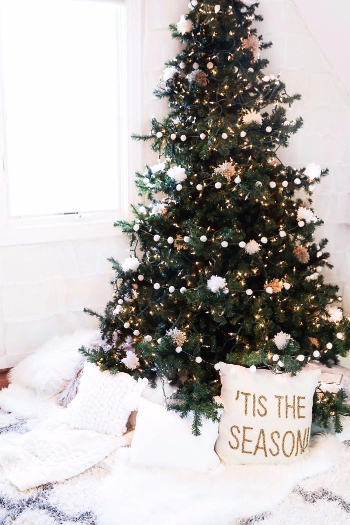 idée decoration de noel interieur cocooning dans une chambre fille avec sol couvert de plaids et coussins moelleux et un arbre de Noël minimaliste