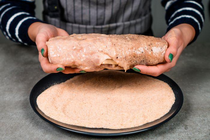 idée repas du soir original, roulé de blanc de poulet avec chapelure et farce aux lards, oignons, épinards
