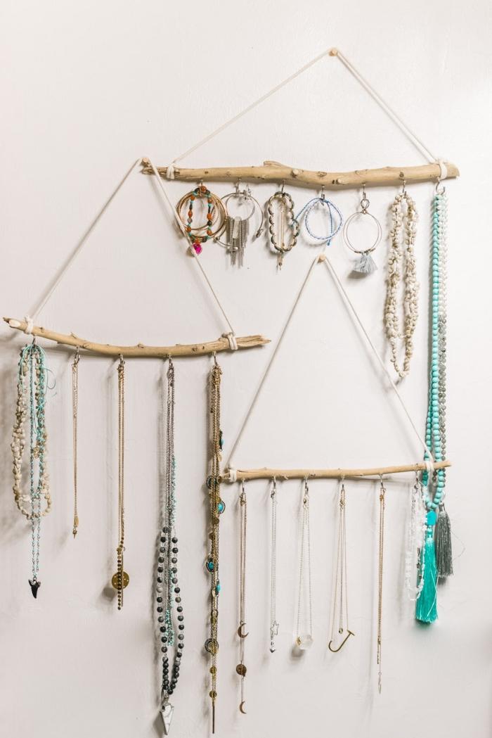 décoration de chambre bohème avec objets fait main, DIY suspension mural en bois flotté et corde avec crochets pour bijoux