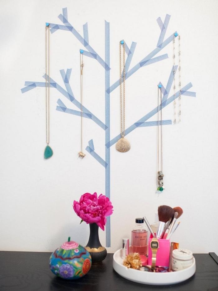 exemple comment réaliser un arbre à bijoux avec ruban adhésif et punaises sur le mur, diy rangement mural pour bijoux