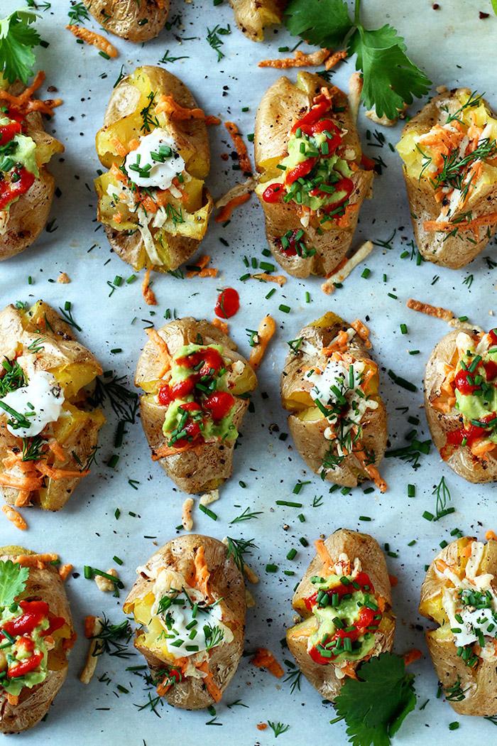 pommes de terre cuites au four avec des fromages et dressing de yaourt et de guacamole, apero noel chic