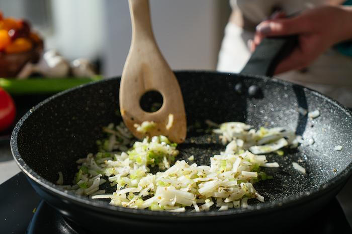 faire revenir oignon et celeri à la poele, soupe à la tomate a faire soi meme, recette légère d été