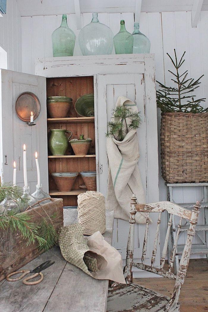 Armoire vintage blanche en bois, cuisine rustique vase dame jeanne, décoration bonbonne dame jeanne