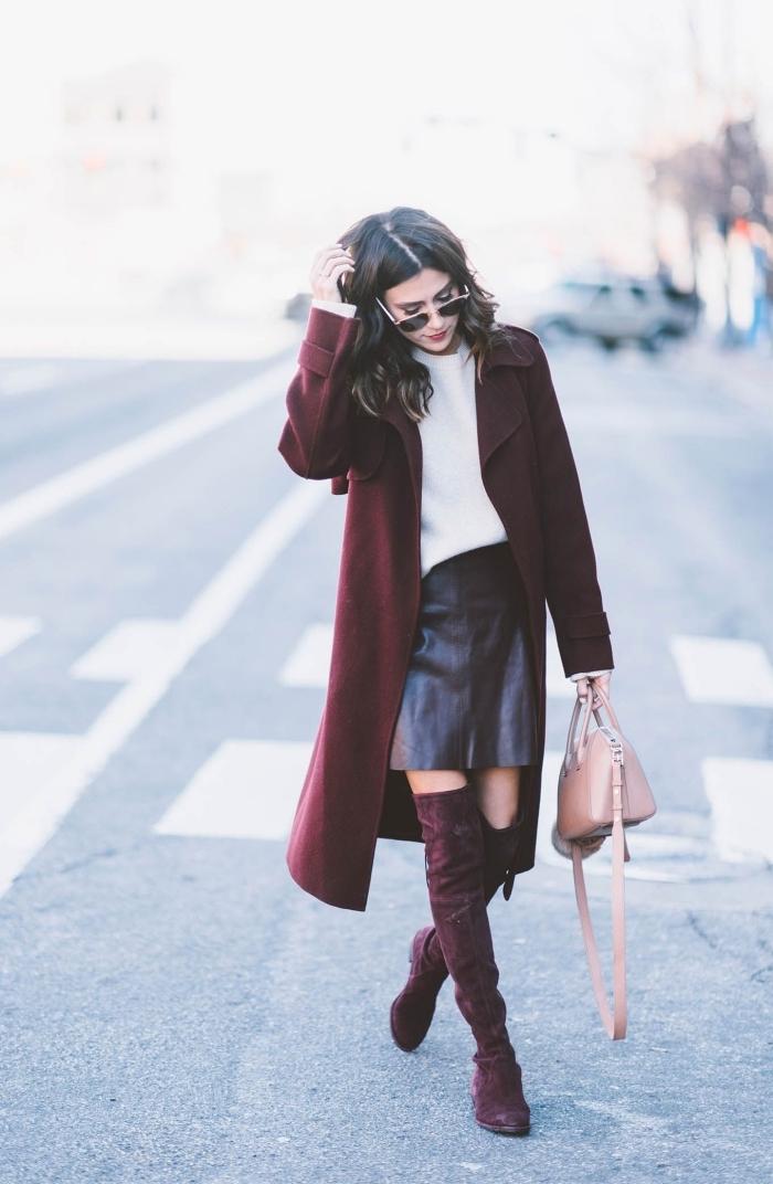 exemple comment porter le burgundy en hiver 2019, look femme chic en jupe simili cuir courte et pull oversize blanc
