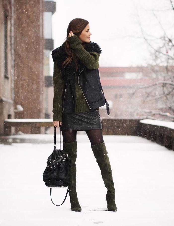 tenue chic femme en jupe courte simili cuir noir avec pull oversize vert forestier et accessoires sac à main cuir noir