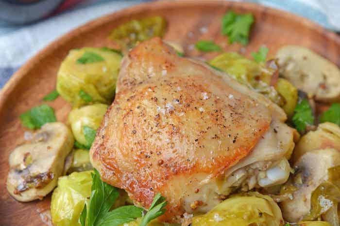 recette légère pour le soir constituée de cuisse de poulet au choux de bruxelles et champignons avec du persil