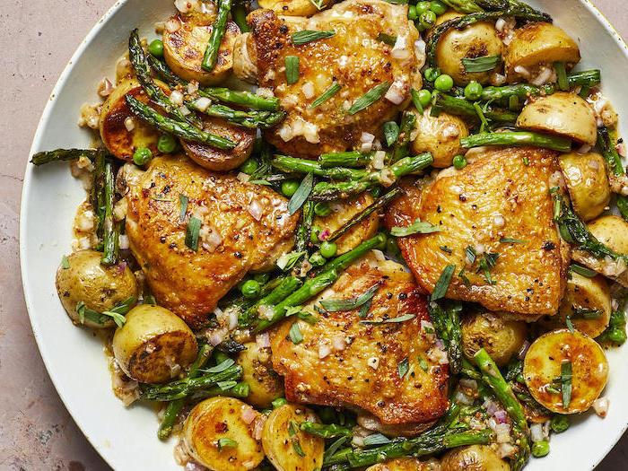 exemple de repas du soir équilibré constitué de cuisses de poulet aux asperges et des pommes de terre au four