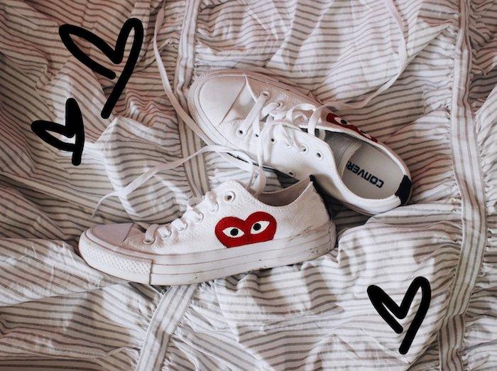 Peindre un demi coeur avec yeux, peinture pour chaussure converse blanche, idée comment personnaliser ses chaussures