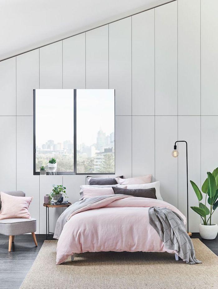 Chambre couleur gris et rose, murs blanches, plantes vertes couverture rose et coussins gris, couleur qui va avec le gris, déco chambre grise
