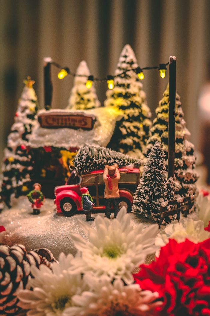 Décoration pour la fete avec jouets sapins de noel, famille joyeux noel humour, image joyeux noël idee originale