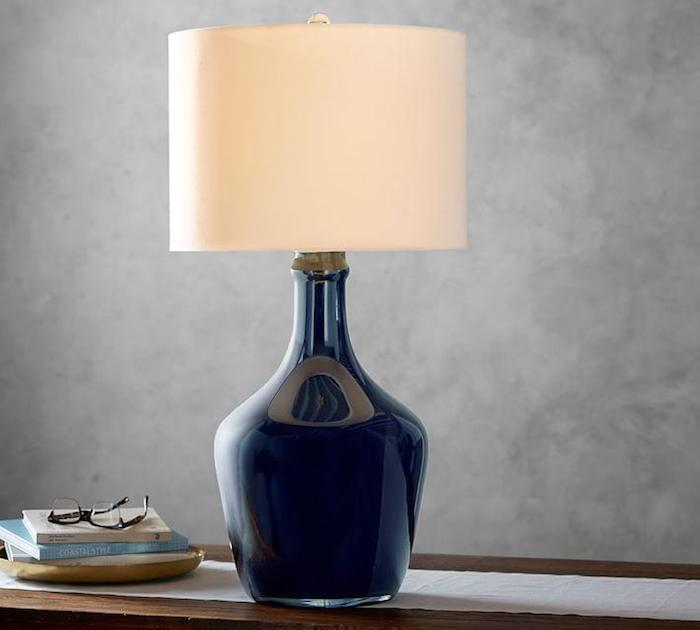 Lampe de nuit fabriqué de dame jeanne bleu sombre et abajour beige, grand vase deco transformation en lampe, idée dame-jeanne déco