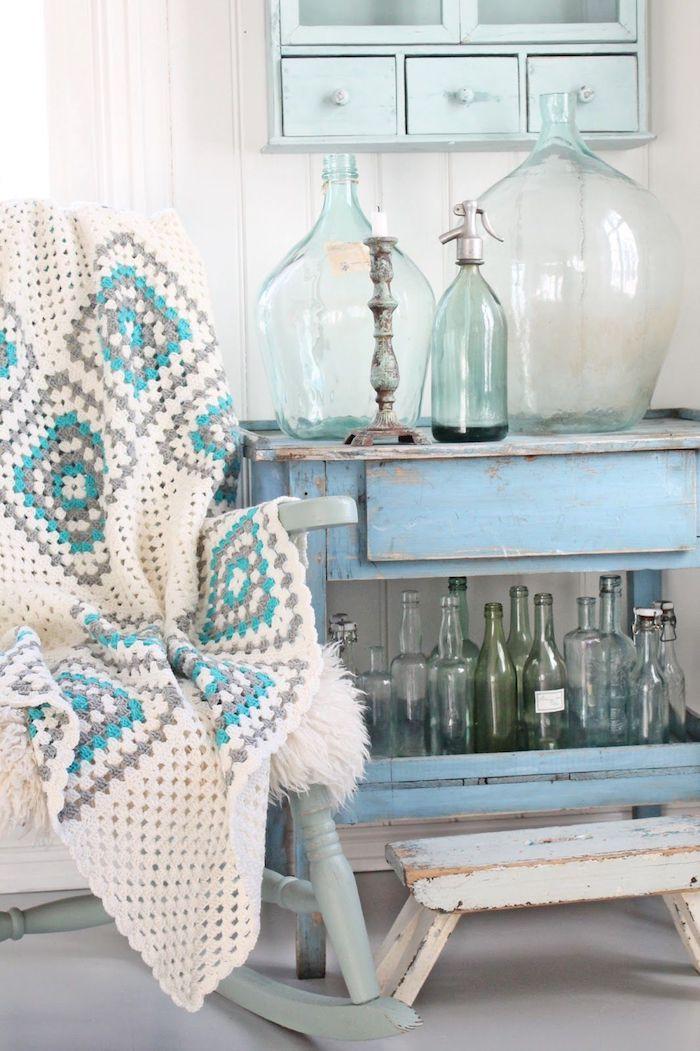 Bleu claire grand vase décoration d'intérieur, cool idée déco à faire soi meme, déco maison rustique, chaise balançoire et couverture crochet