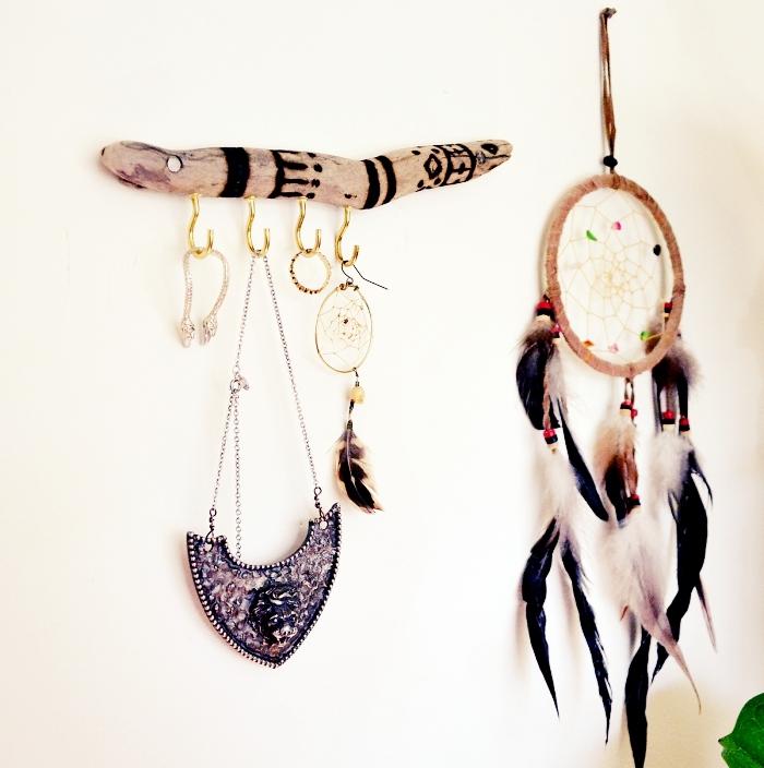 diy porte collier de style bohème, faire un organisateur mural pour bijoux avec bois flotté, rangement mural pour bijoux