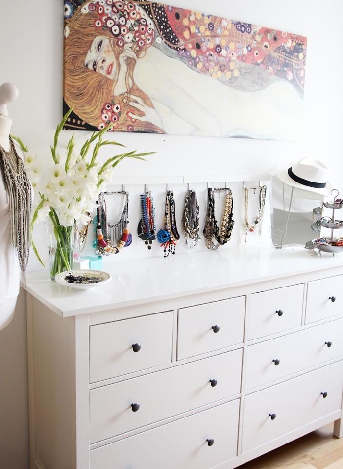 idée comment ranger ses bijoux, décoration chambre femme de style bohème avec un rangement mural à crochets pour bijoux