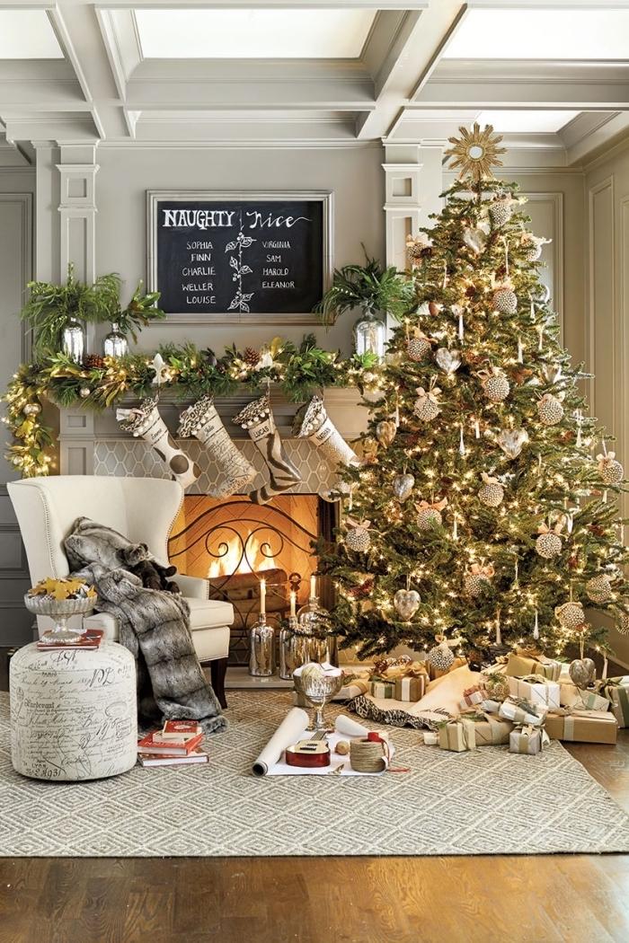 salon cozy aux murs gris et plafond blanc avec plancher bois et cheminée, decoration sapin de noel naturel avec ornements en or