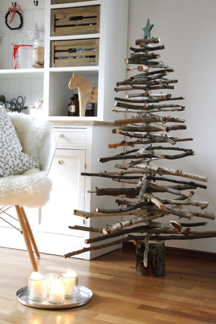 modèle de sapin bois flotté fait main, idée comment décorer une chambre pour Noël avec un arbre Noël en branches de bois