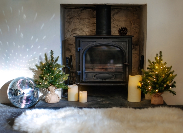idée deco noel nature de style scandinave dans un salon blanc et bois, modèles de mini sapins décoré avec guirlande lumineuse