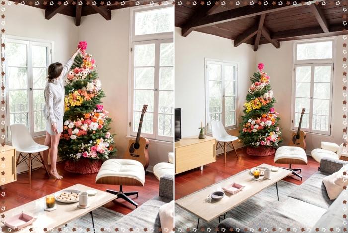exemple de sapin de noel décoré avec guirlandes floraux de couleurs différentes, ambiance cozy dans un salon blanc et bois avec sapin floral