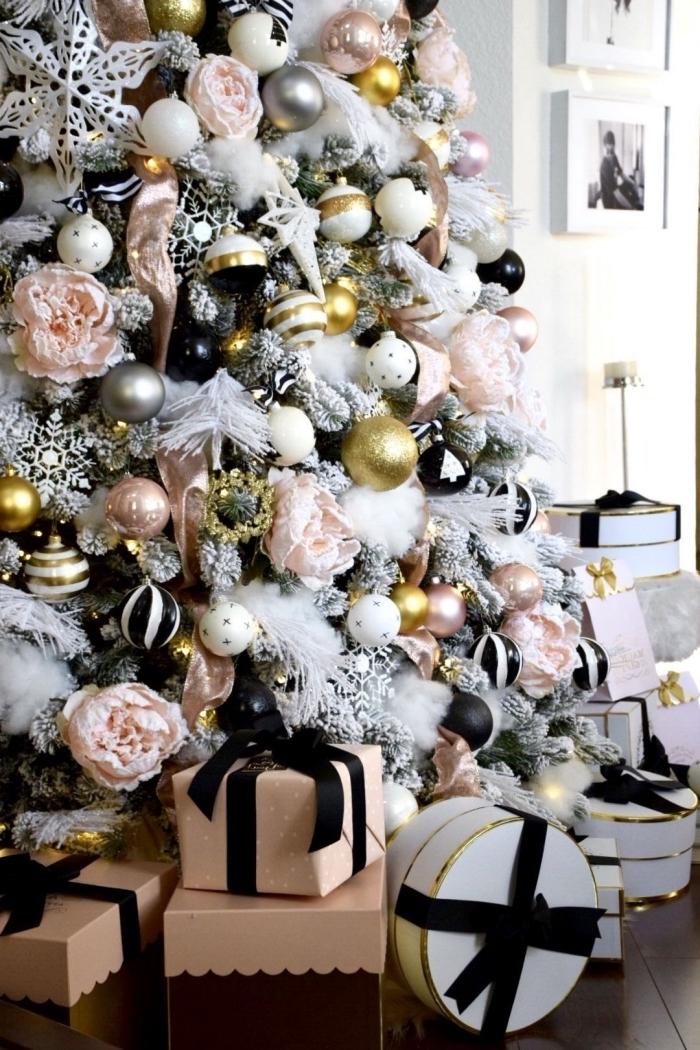 exemple comment décorer un gros arbre de Noël artificiel avec boules métalliques et flocons de neige DIY en papier