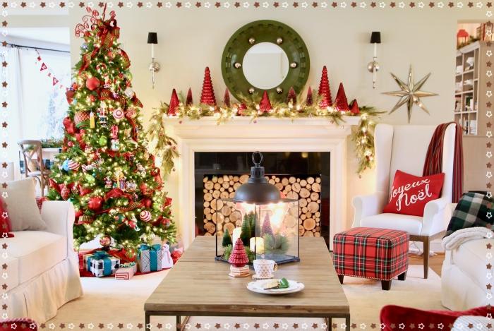 idée comment décorer un salon pour la fête de Noël avec ornements et sapin en couleurs vert rouge et or de style traditionnel, deco sapin noel