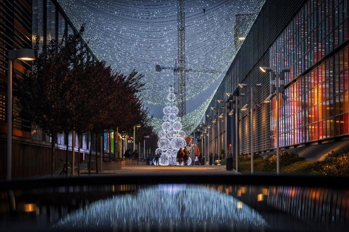 idée wallpaper pour ordinateur sur thème noel, exemple photo de nuit Noël avec décoration lumineuse guirlande et sapin