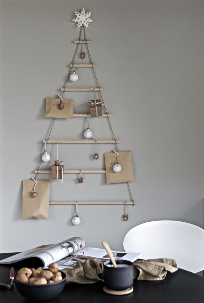 idée de deco de noel a faire soi meme avec recup, modèle de sapin suspendu en sept goujons bois avec étoile en papier en haut