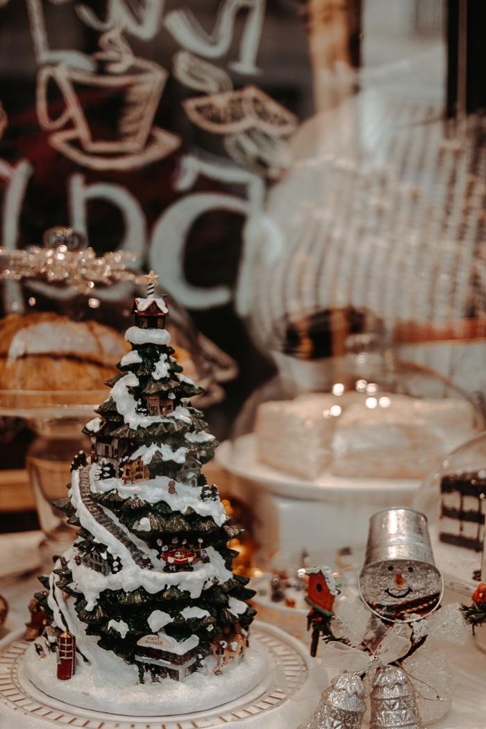 photo joyeux noel avec repas et gâteau pour la fête, décoration de noêl à réaliser soi-même avec figurine bon homme de neige en verre