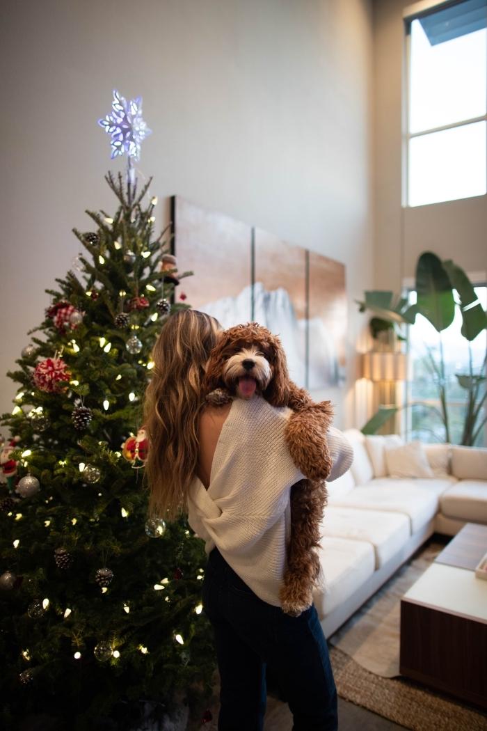 idée décoration de sapin rouge et blanc de style minimaliste avec étoile au sommet, photo cozy Noel pour fond d'écran iPhone