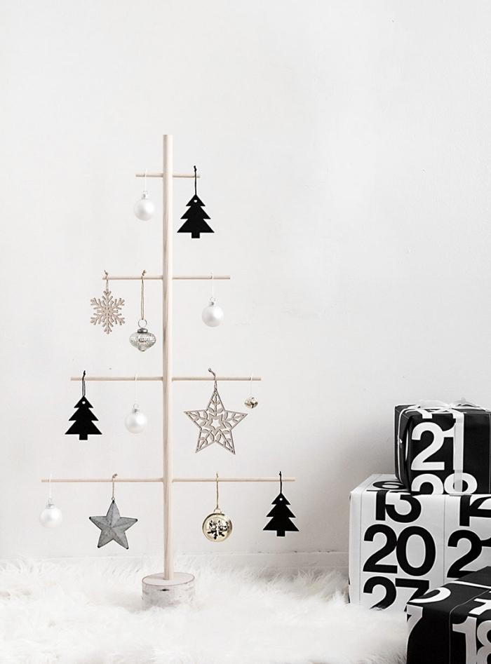 exemple de deco de noel fait main avec bâtonnets de bois clair, modèle de sapin scandinave DIY en bois avec ornements étoiles et boules